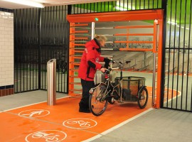 Доступ к безопасной велостоянке, достаточно широкий, грузовые велосипеды могут пройти беспрепятственно