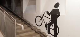 Изображение на лестнице мужчины с великом
