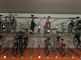 Удобная двухъярусная система велопарковки