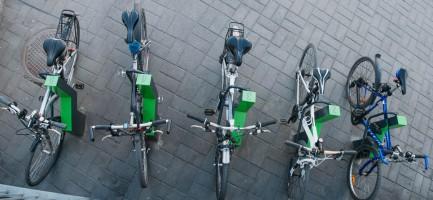Фотография современной велопарковки (вид сверху)